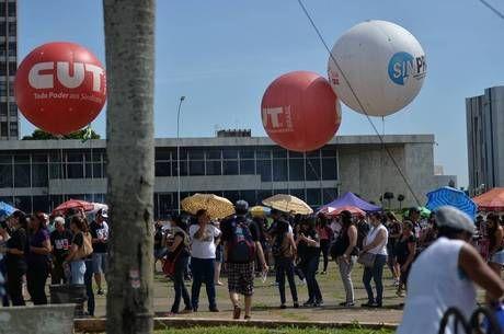 Professores decidem manter greve e completam 25 dias fora de sala de aula - http://noticiasembrasilia.com.br/noticias-distrito-federal-cidade-brasilia/2015/11/09/professores-decidem-manter-greve-e-completam-25-dias-fora-de-sala-de-aula/