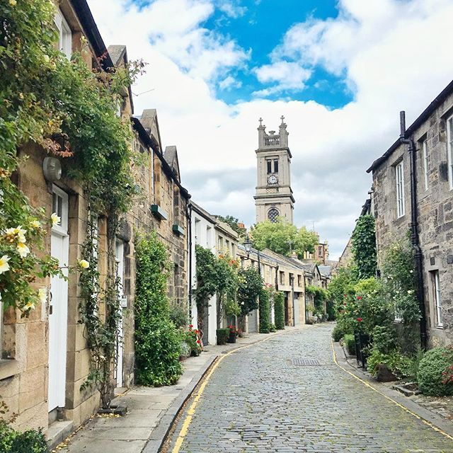 Sunday walks with my 💕. Don't you wish you lived on this street?! // #edinphoto #edinburgh #scotland