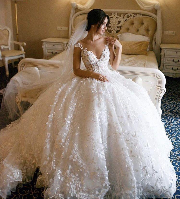 Abiti Da Sposa Principeschi.Favoloso Abito Principesco Con Fiori In 3d Abiti Da Sposa Abito