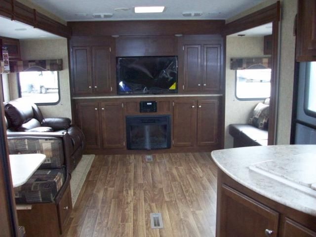 New 2015 Sport Trek 323VFL Triple Slide Front Living Room