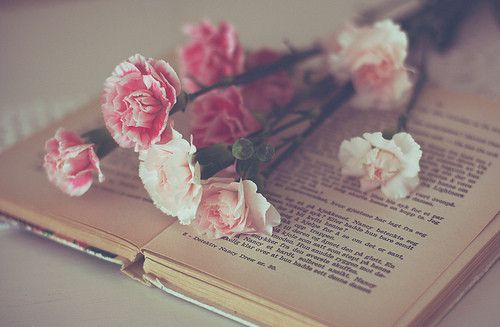 My two favouritest things in da wOrld... Flowers & books:)