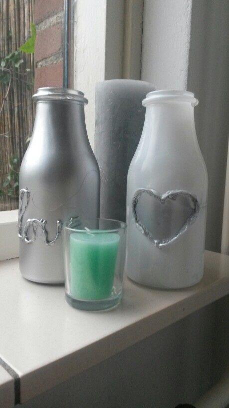 Met een lijmpistool een hartje/woord oid maken op een flesje en daarna overspuiten met verf