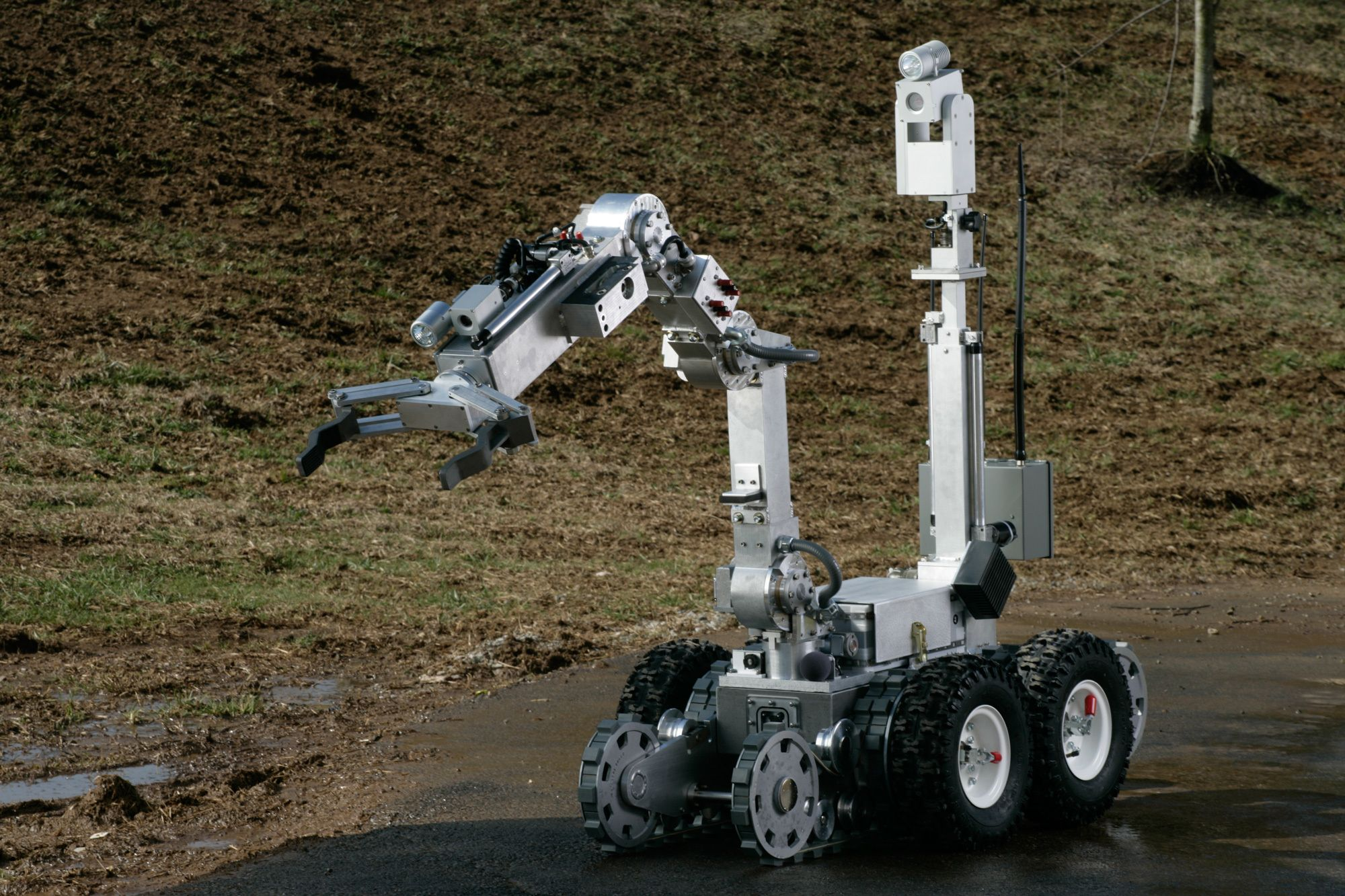 A New Weapon for SWAT Teams: Bomb-Squad Robots | Pinterest | Robot
