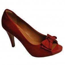 Sapato peep toe de nobuck, com detalhe de laço e salto em verni
