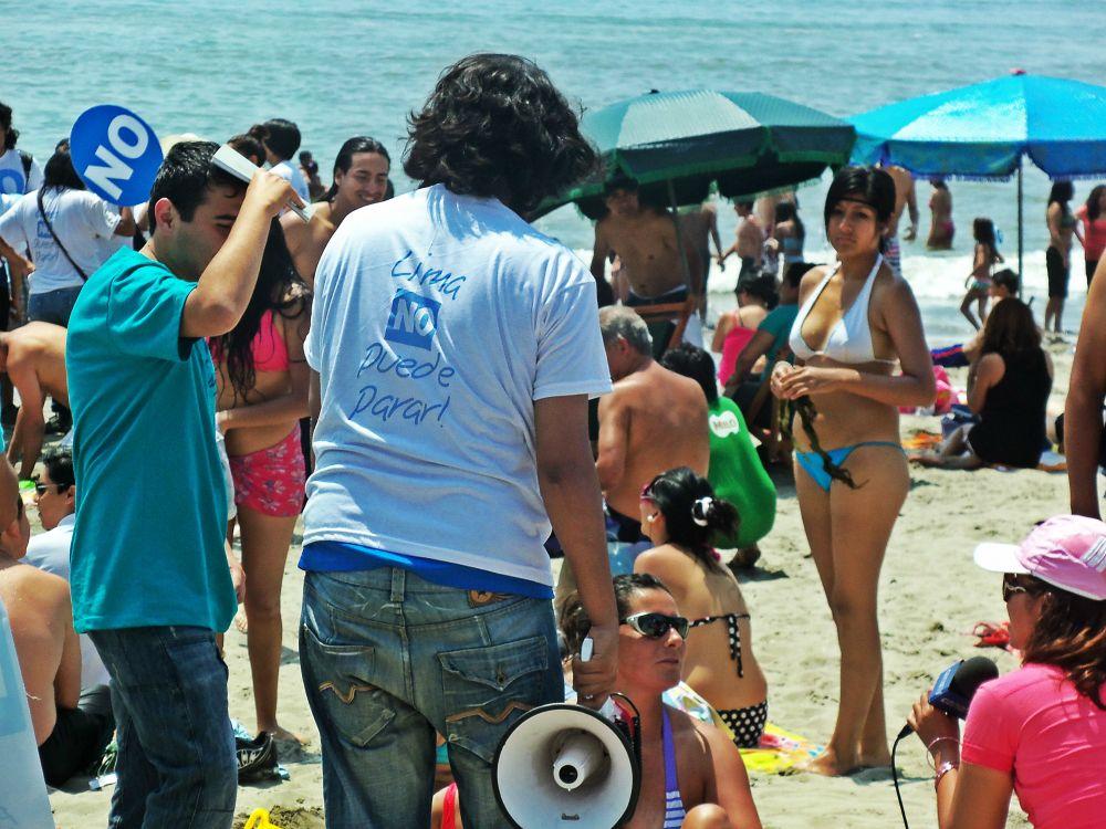El grupo de apoyo al NO regaló polos, globos, calendarios y afiches durante la caminata. [Foto: Renzo Silva / Spacio Libre].