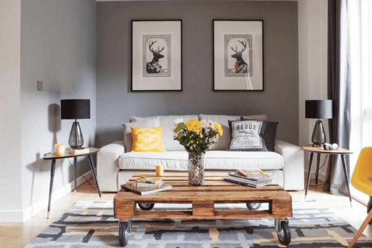zona living moderna arredata con un divano bianco, tavolo in pallet ...
