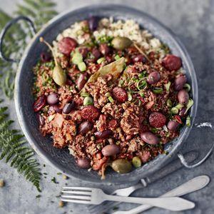 Hauduta kastiketta hiljalleen parikymmentä minuuttia. Lisää rusinat ja oliivit vasta lopuksi, niin ne pysyvät napakoina.