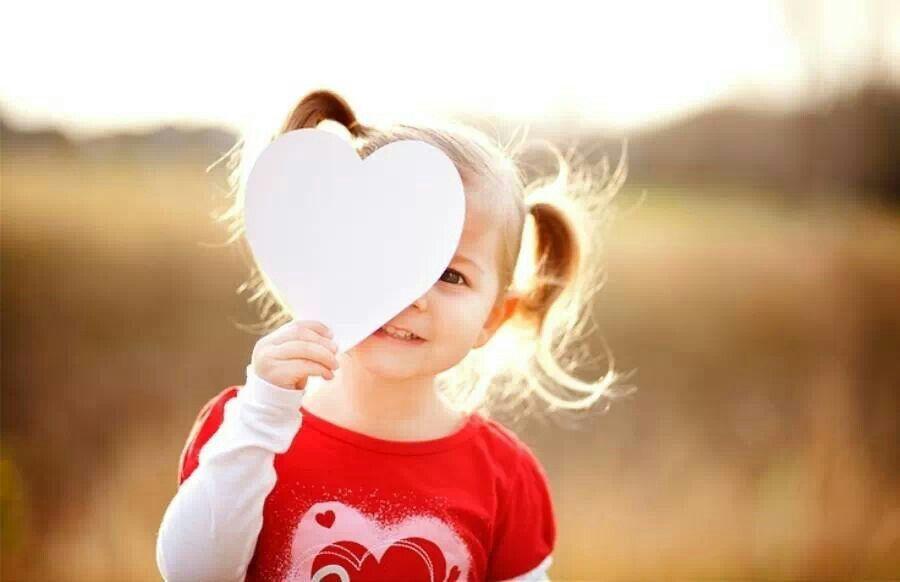 Se tivéssemos a consciência que o amanhã não nos pertence, Viveríamos o hoje como uma criança... Que se encanta, Que sorri, Que brinca, Que ama e Que na simplicidade da sua inocência é feliz.  Lis Fernandes***