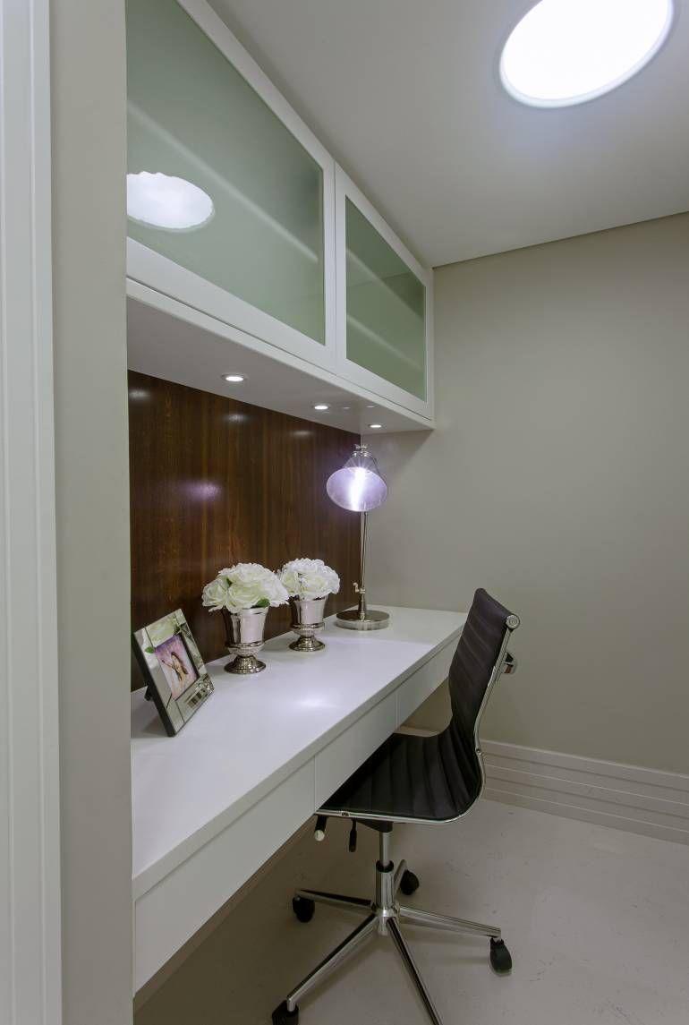 Apartamento moderno com decoração sofisticada em cores claras