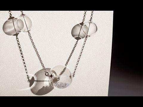 Leda, bolle di vetro  Designer: R&D Blueside  Bellissima collana in argento e bolle di vetro borosilicato soffiato apparentemente sospese in aria. Silver chain with hand blown glass spheres. Ti consigliamo di ascoltare: Astor Piazzolla, Libertango. Woman jewels. Gioielli moda donna.