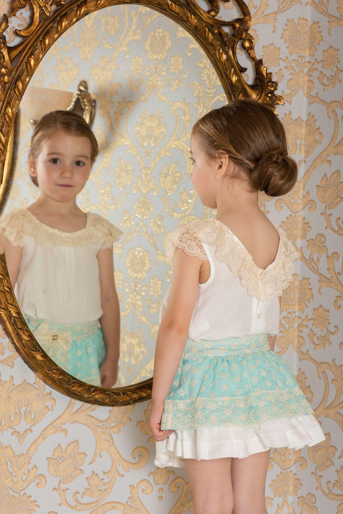 0c76e2ca5 Conjunto para niña compuesto por blusa blanca con manga volante y cuello de  puntilla beige que