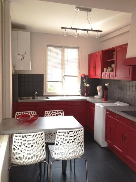 Cuisine grise et rouge avec des touches de blanc cuisine rouge et