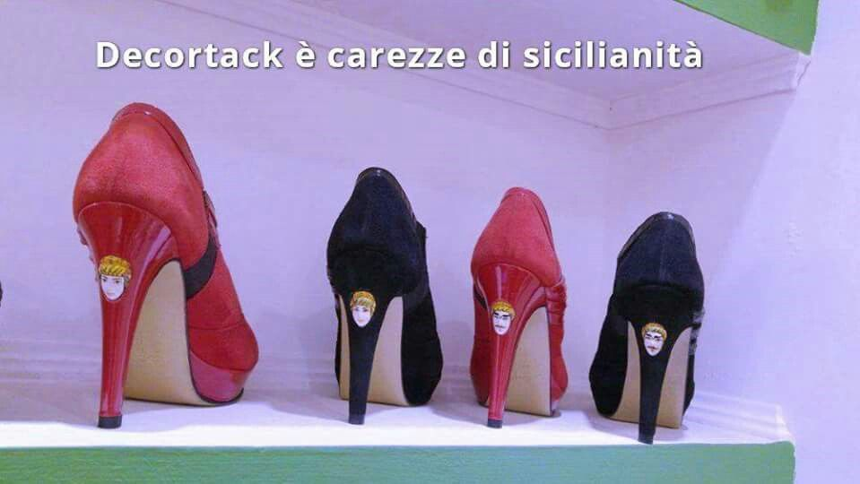 #CarezzediSicilianità #calzaturedonna #stivalettidonna #camoscio #pelle #rosso #nero #testedimorodicaltagirone incastonate nel #tacco12 cm #modadonna #Decortack #MadeinSicily Contatti: info@decortack.it - 3294198247