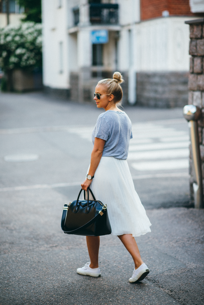 Pleated skirt with t-shirt, minimal chic || @sommerswim