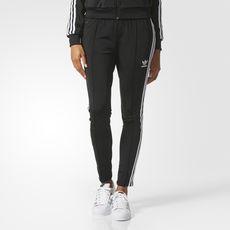 Une version tendance et écologique d'un design adidas Originals  emblématique. Ce pantalon de survêtement femmes affiche une coupe slim  moderne. 3 bandes sur ...