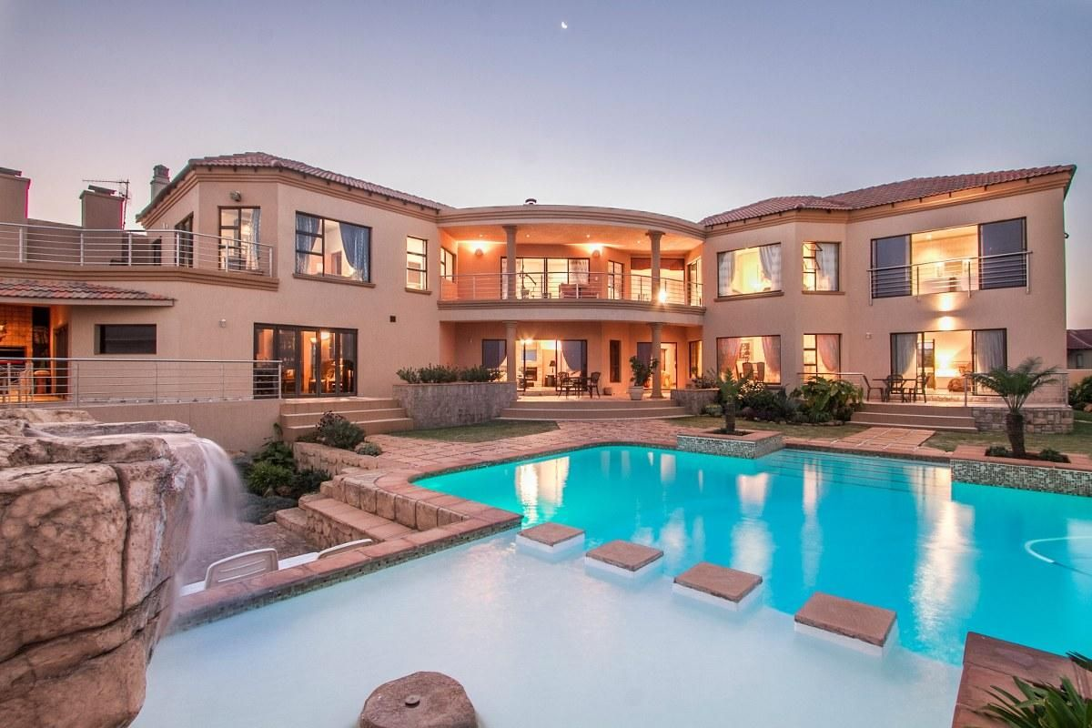 Big sparkling pool and with spectacular views of the