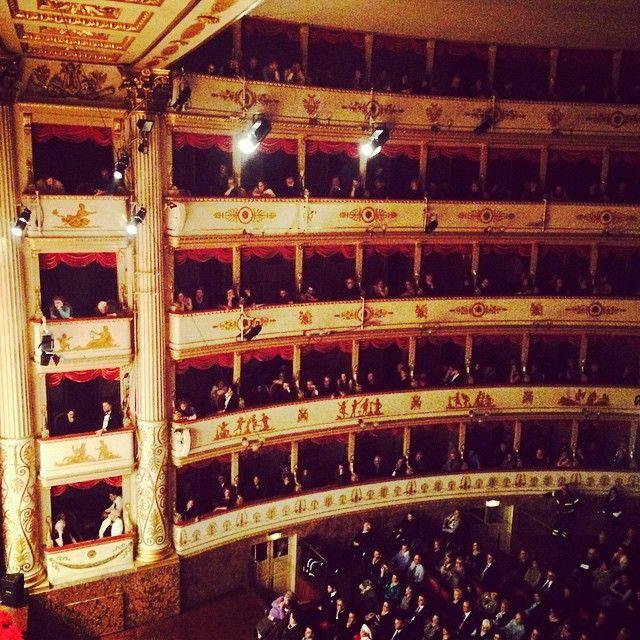 Weihnachtsstimmung 110 % beim Konzert im Opernhaus von Modena - Pavarotti war auf der Bühne auch zu Hause - Instagram by lunchforone
