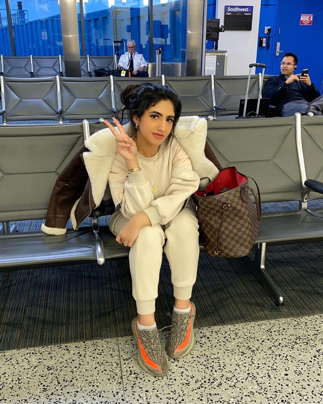نور ستارز Noor Stars On Instagram اول سفرة لسنة 2020 يا حزركم من صور هالصور رابع صورة هي ردة فعلي لما اشوفكم Winter Jackets Fashion Tote Bag