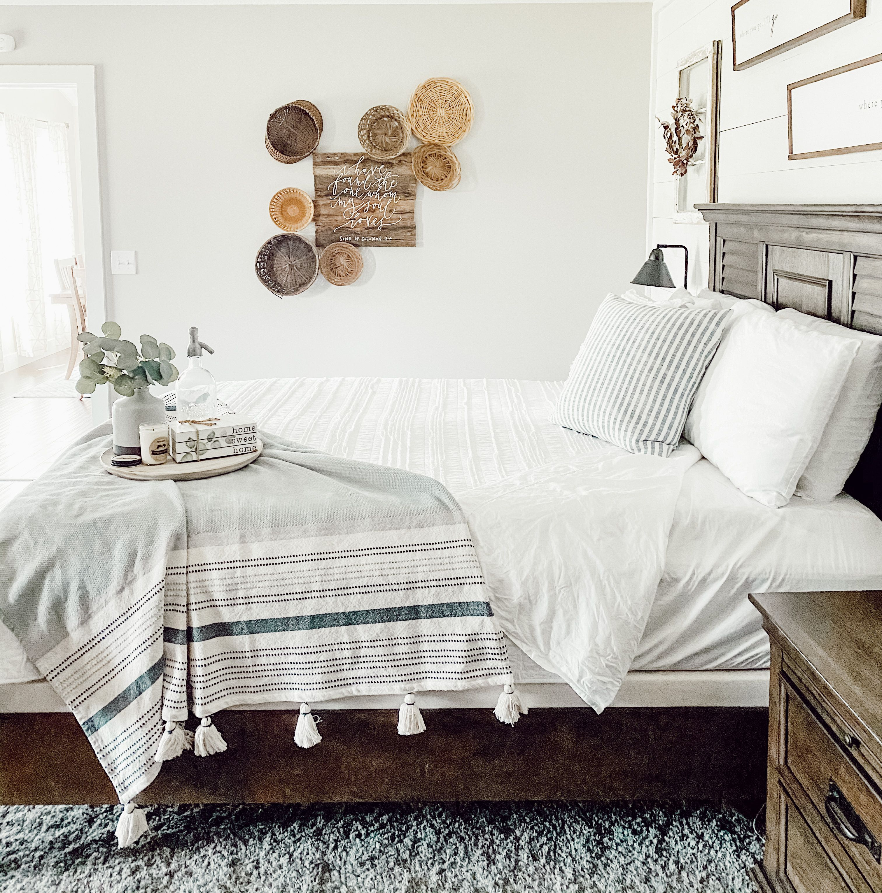 Learn how to create a basket wall for any space in your home. Perfect modern farmhouse decor! #howto #farmhousebedroom #farmhousebedding #modernfarmhouse #basketwall #neutraldecor