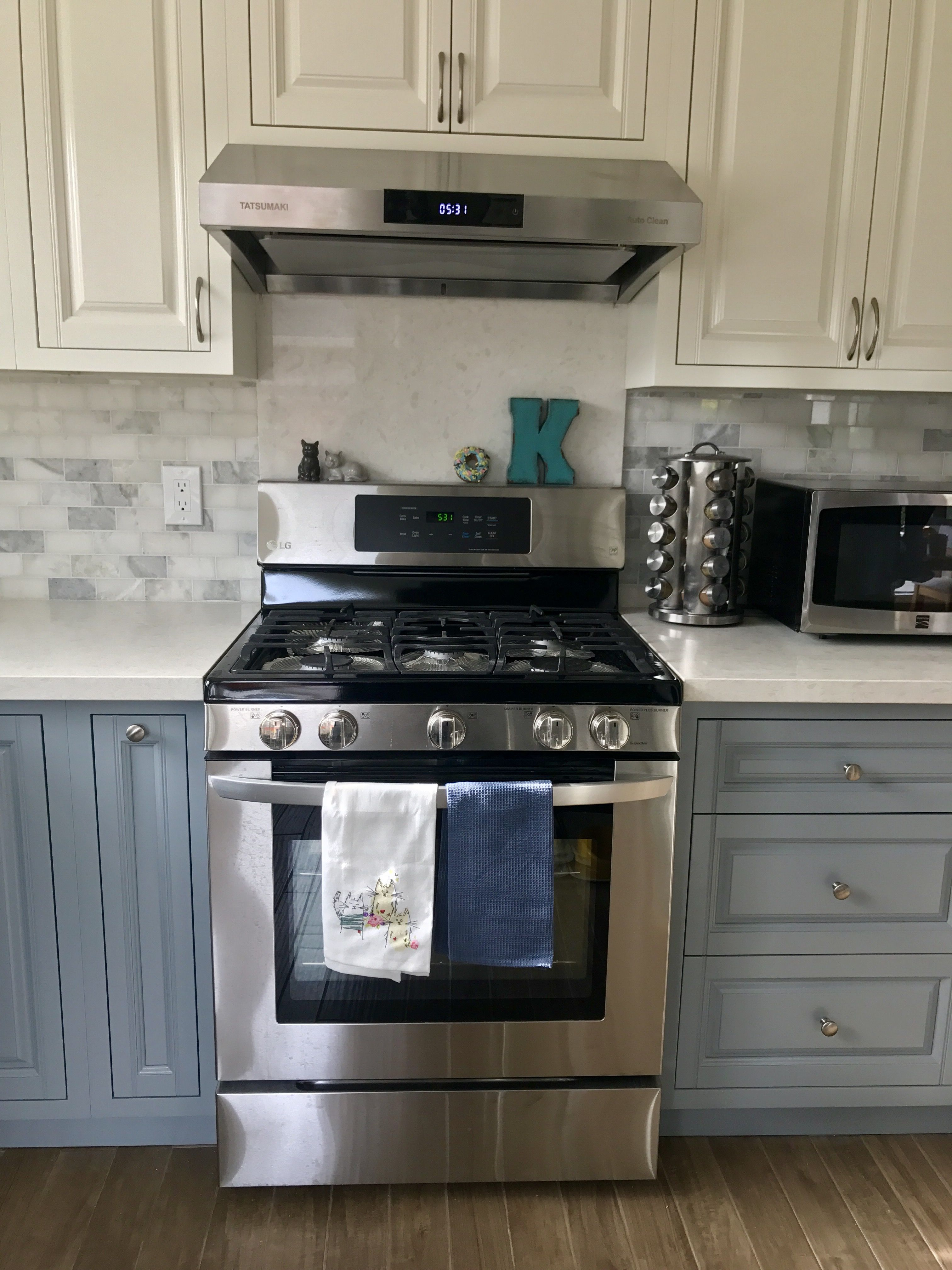 Kitchen Remodeling Quartz Countertop Blue And White Cabinets Marble Style Backsplash Lg Gas Stove T Kitchen Renovation Kitchen Remodel Kitchen Accessories
