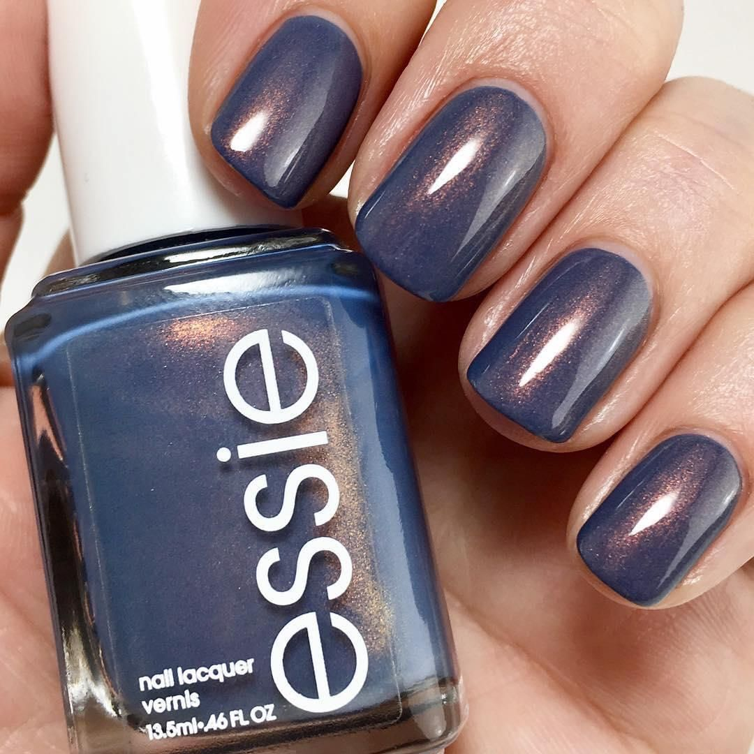 Manicura con esmalte de uñas color azul marino de Essie | Manicuras ...