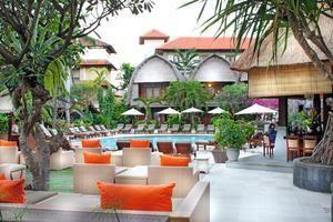 Ramayana is een leuk sfeervol 4-sterren hotel waar moderne lounge elementen met typisch Balinese invloeden gecombineerd zijn. Met een ligging midden in Kuta is er altijd genoeg te beleven, hoewel men niet hiervoor perse het hotel hoeft te verlaten.     In de 2 zwembaden met omliggende ligbedden kunt u genieten van het heerlijke temperatuurtje. Er zijn maar liefst 5 restaurants met o.a. Indonesische, Japanse en Westerse keuken aanwezig waar u heerlijk kunt dineren.