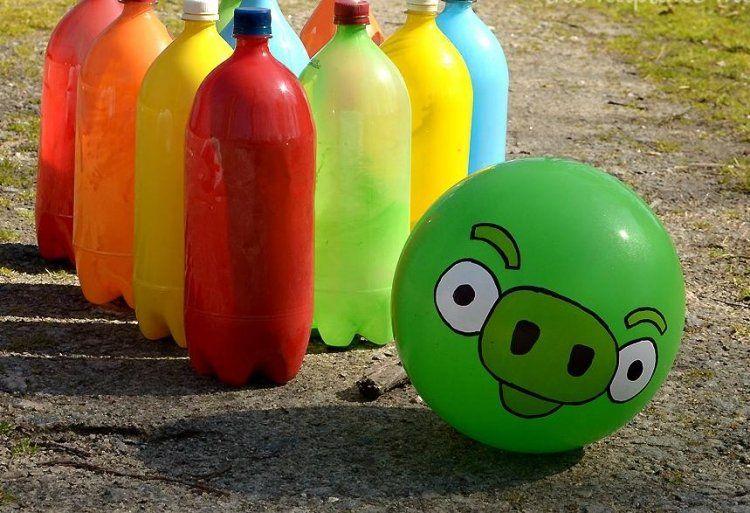 Gartenbowling mit bunt bemalten Plastikflaschen