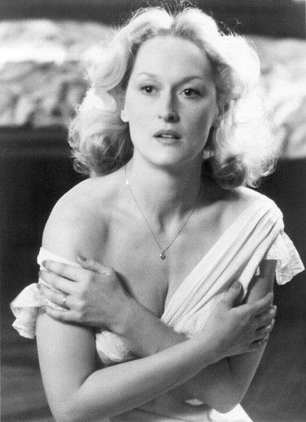 """Meryl ganhou o segundo Oscar de sua carreira, aqui o de Melhor Atriz, por sua atuação em """"A Escolha de Sofia"""" (1982)"""