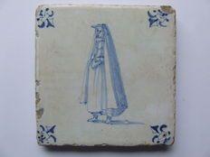 Tegel Delfts Blauw : Een unieke tegel in klein formaat zeldzaam met jonkvrouw
