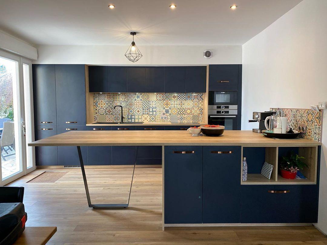 """RAISON HOME Mathieu Mourot on Instagram: """"BLEU NUIT 💫 #raisonhome #decorationinterieur #cuisinebleue #cuisineouverte #ilotcentral"""""""