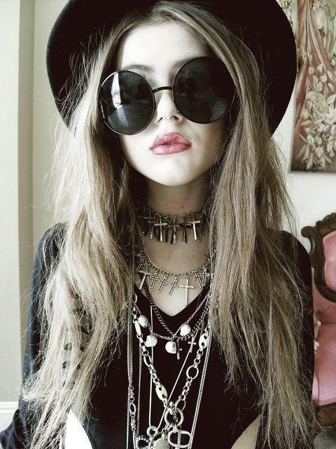 Importantísimos los collares a montones y los lentes redondos y oversize.   20 Ideas para experimentar con el estilo gótico