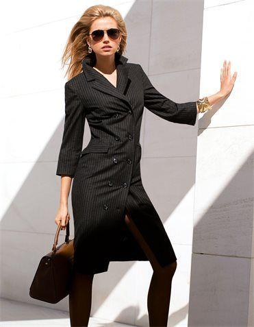 Femininer Power-Look in Nadelstreifen. Das klassische Mantelkleid in schlanker Linie wirkt souverän und zugleich aufregend sexy!
