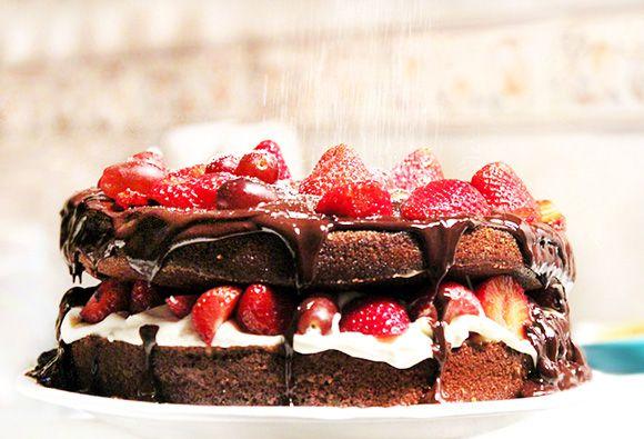 A massa do bolo deste naked cake é feito com cacau em pó, o recheio leva cream cheese e a ganache chocolate em barra e cachaça. Dá para imaginar?!