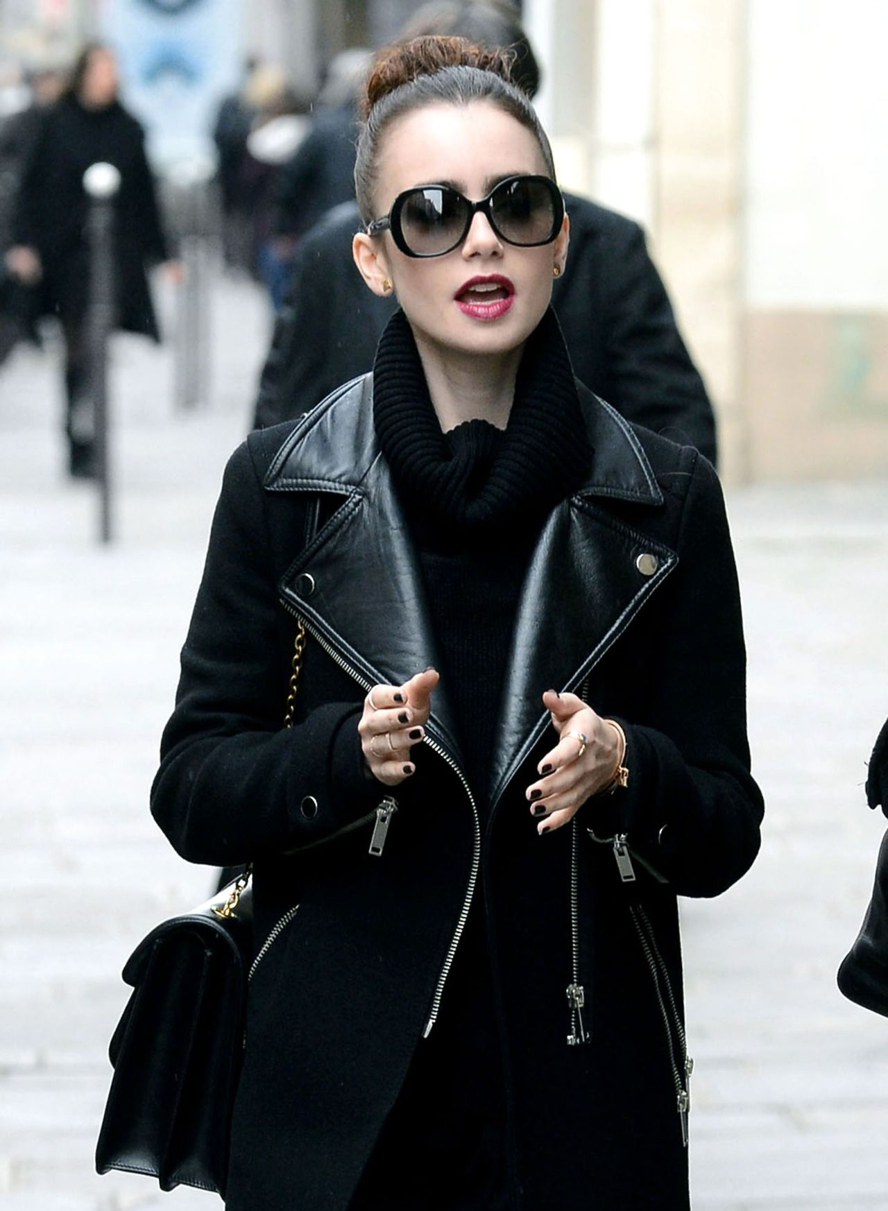 Garderobe Jacke Chanel Stylish Jacket And Glasses Lily Collins