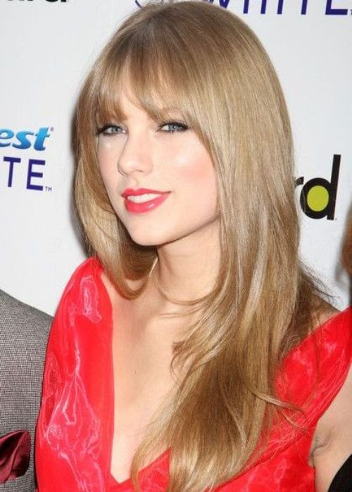 Country Music Singer Taylor Swift Looks Gorgeous As Always With Subtle Smooth Layers In Her Honey Blo Long Layered Haircuts Long Hair Styles Blonde Hair Color
