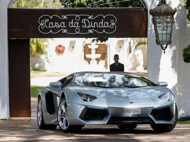 """Na Casa da Dinda, PF aprende coleção de carros de Collor... """"A Polícia Federal (PF) apreendeu nesta terça-feira (14), por ordem do Supremo Tribunal Federal (STF), três veículos de luxo na residência de Brasília do ex-presidente e senador Fernando Collor de Mello (PTB): uma Ferrari, um Porsche e uma Lamborghini.""""."""