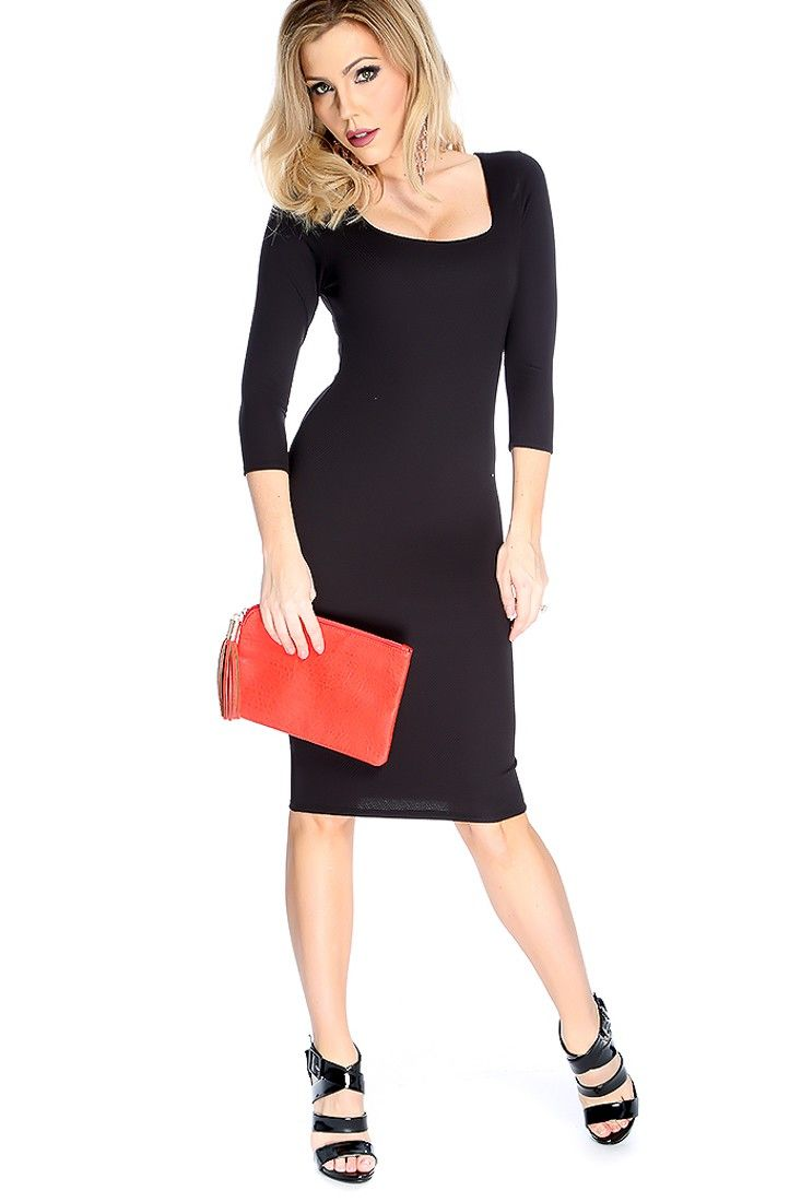 This simple yet chic dress features quarter sleeves round neck