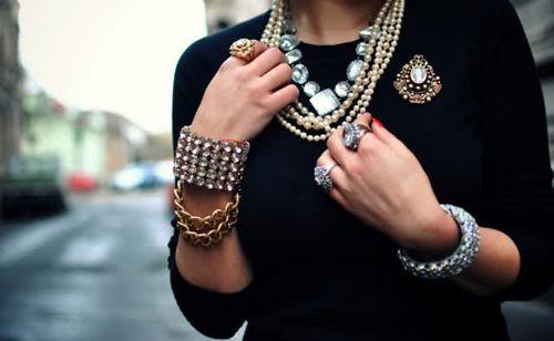 Overdaad schaadt... Juwelen zijn ideaal om een outfit af te werken maar overdrijf er niet mee...