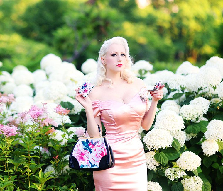 Chicago Chic ♥: Girl in the Garden || Floral Painted Handbags