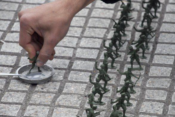 [Fotos] Estudiantes pegaron soldados de juguete frente a La Moneda | Cooperativa.cl