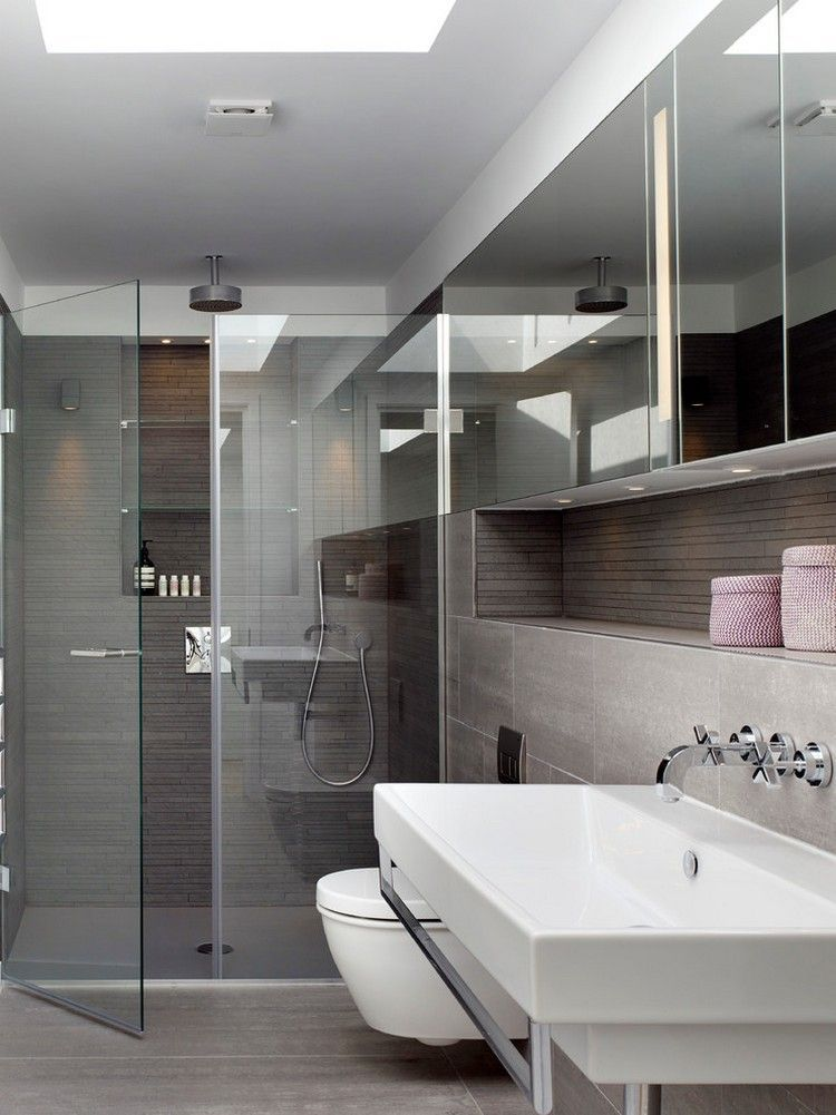 begehbare Glasdusche, graue Fliesen und Spegelschrank Badezimmer - badezimmer mit grauen fliesen