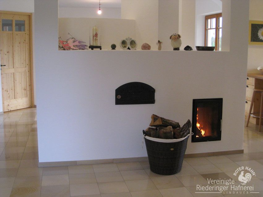 moderner kachelofen mit r ckw rtiger ofenbank herdplatte backrohr und brotbackfach. Black Bedroom Furniture Sets. Home Design Ideas