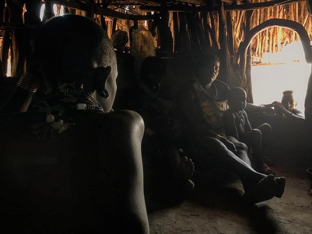 En las profundidades de África! Encontramos al fin una tribu con la que entablar relación compartir un café servido es una cáscara de calabaza y conocer desde dentro su poblado. Insuperable. Tribu Hamer Etiopia. #amazing #ethiopia #etiopia #travel #traveling #travelgram #travelblogger #travelphotography #tribe #tribu #africa #people #person #gente #wanderlust #viaje #viajar #hamer