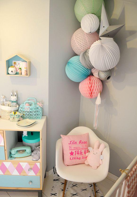 Chambre bébé grise avec des objets de décoration roses | Déco bébé ...