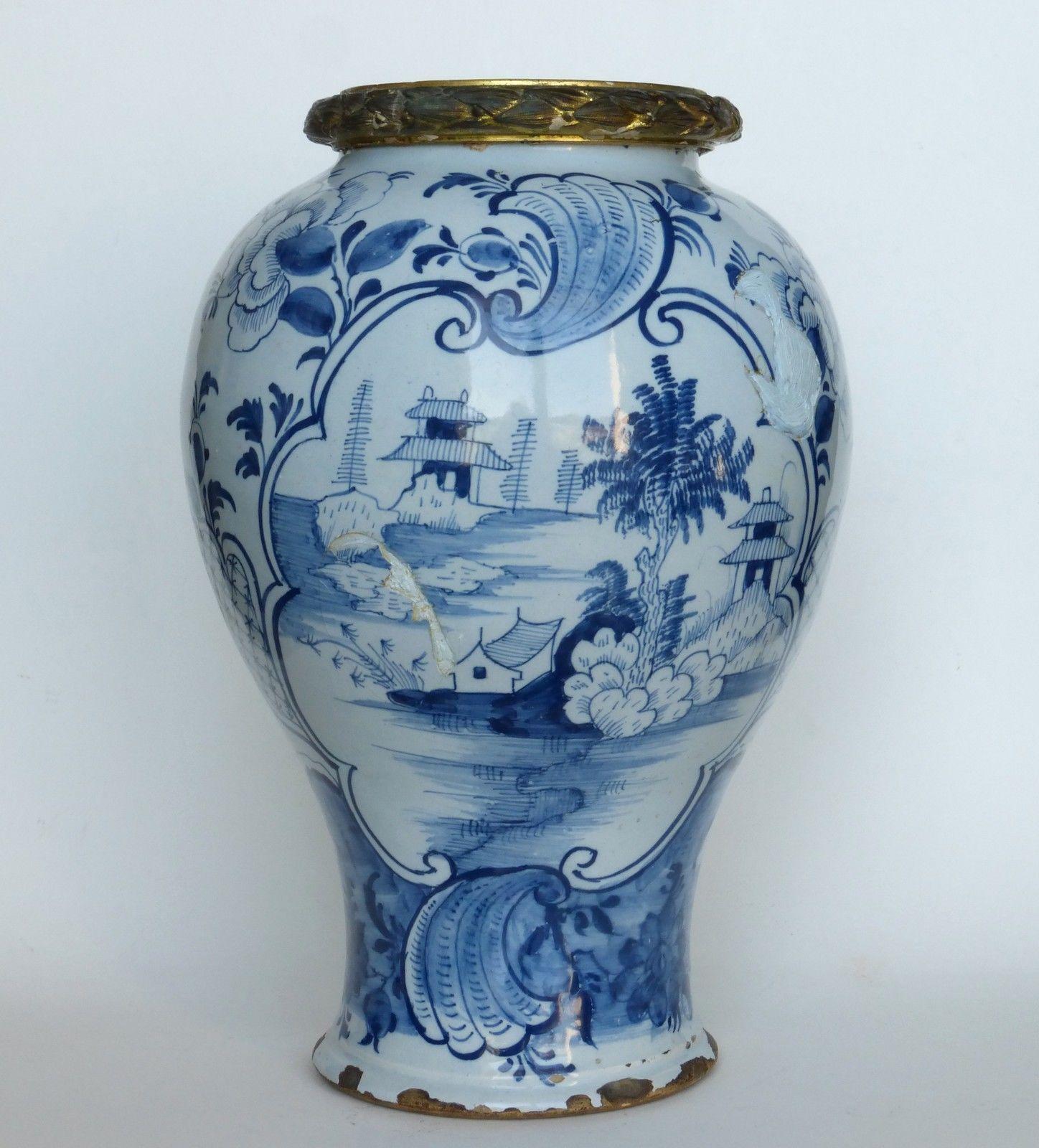 grand vase balustre blanc bleu fa ence delft 18 me si cle ce grand vase balustre d 39 poque. Black Bedroom Furniture Sets. Home Design Ideas