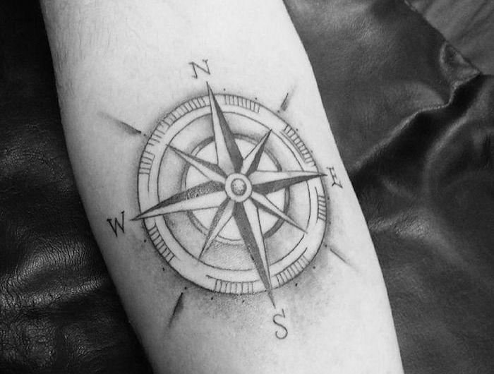 1001 id es tattoo tatouage rose des vents tatouage. Black Bedroom Furniture Sets. Home Design Ideas