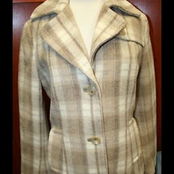 Luxury & Style Meet Function! Alpaca/Wool Coat. Gorgeous tones of beige and cream make up this luxury feel ️Wool and alpaca blend coat.  Great with a pencil skirt, turtle neck and heels or dress it down with boots and jeans.  Either way you can't go wrong.  Purchased at an outlet, worn twice, this coat has a mark on the tag reflecting outlet purchase. Banana Republic Jackets & Coats