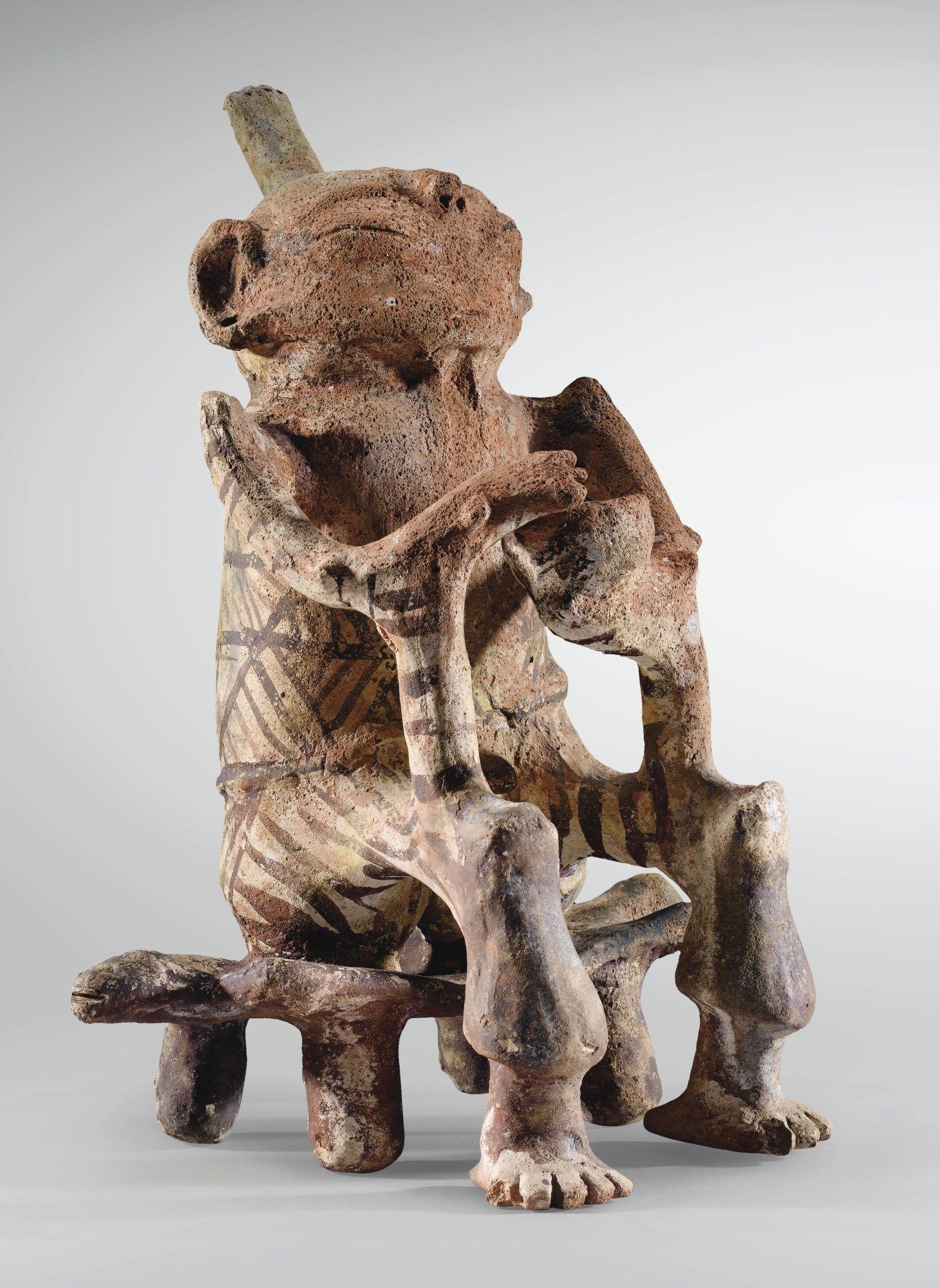 Sotheby's - FIGURINE MASCULINE ASSISE SUR UN PETIT BANC CULTURE TRUJILLO ETAT DE TRUJILLO, VENEZUELA 1300-1500 AP. J.-C. TRUJILLO SEATED FIGURE, VENEZUELA