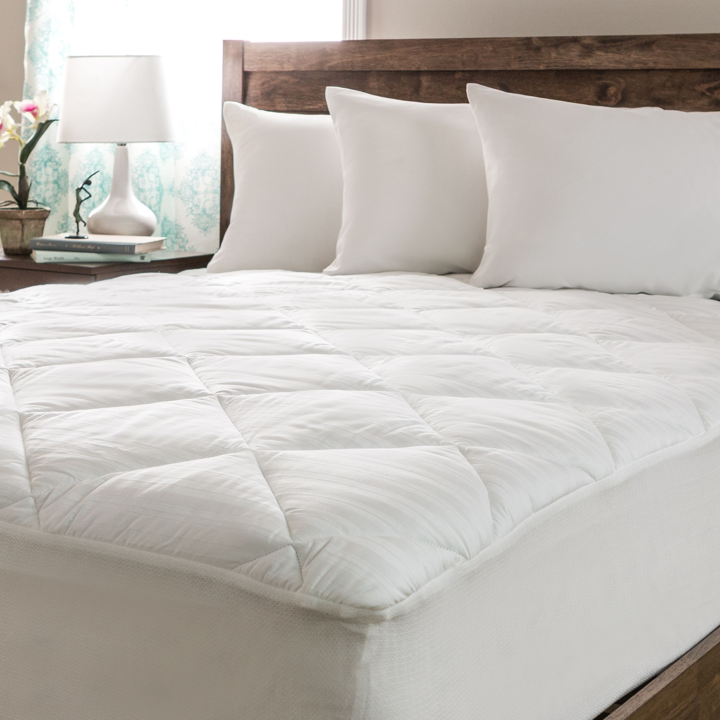 This comfortable mattress pad features a thread count of