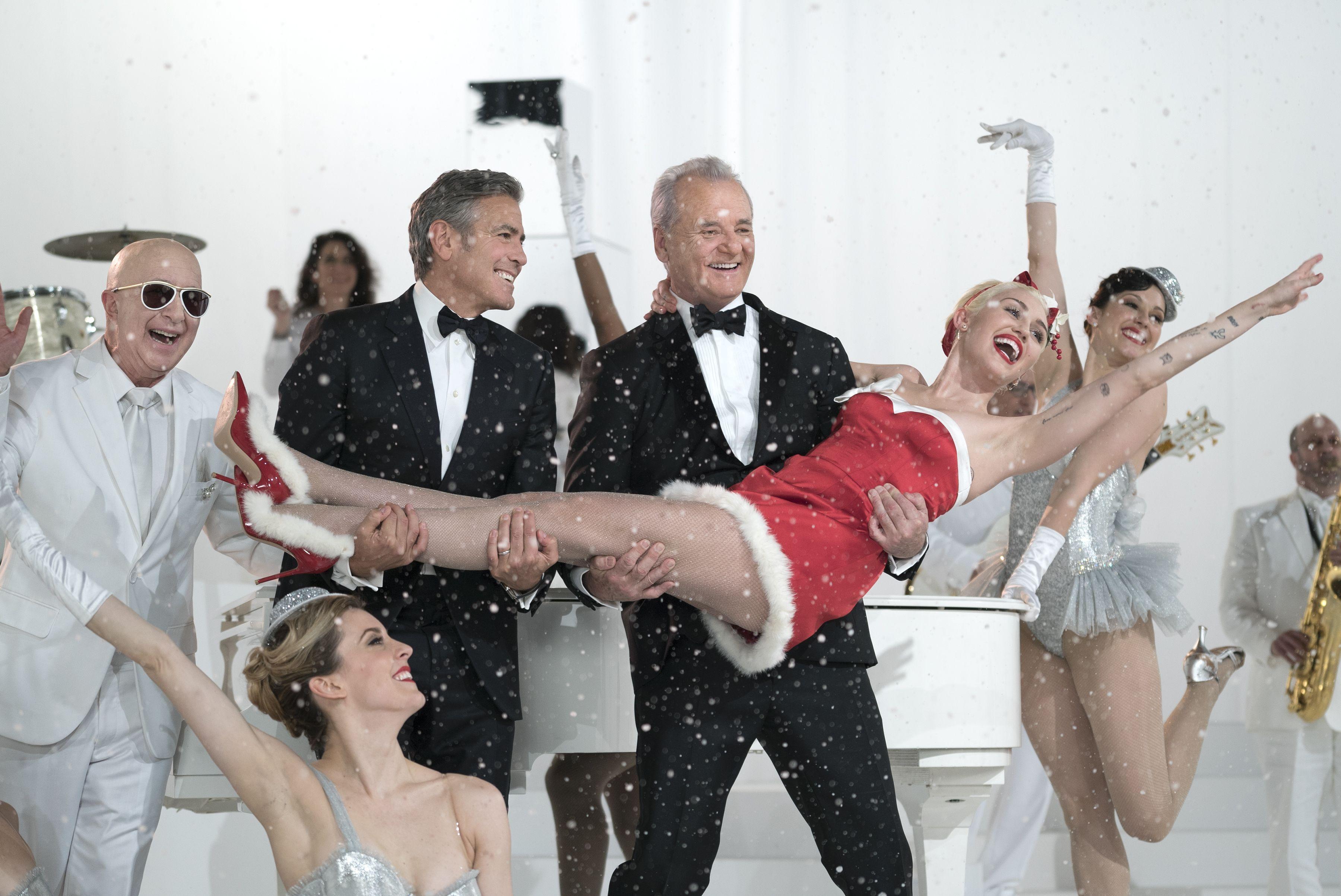 Com estreia marcada para 4 de dezembro, o especial de #Natal da Netflix, que tem Sofia Coppola como diretora, conta com Bill Murray, George Clooney, Miley Cyrus e Amy Poehler no elenco. Foto: Ali Goldstein/Netflix.